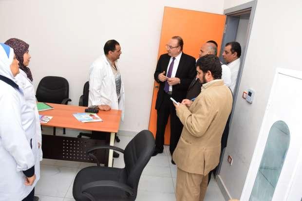 محافظ بني سويف يتفقد مبنى العيادات الخارجية في المستشفى العام