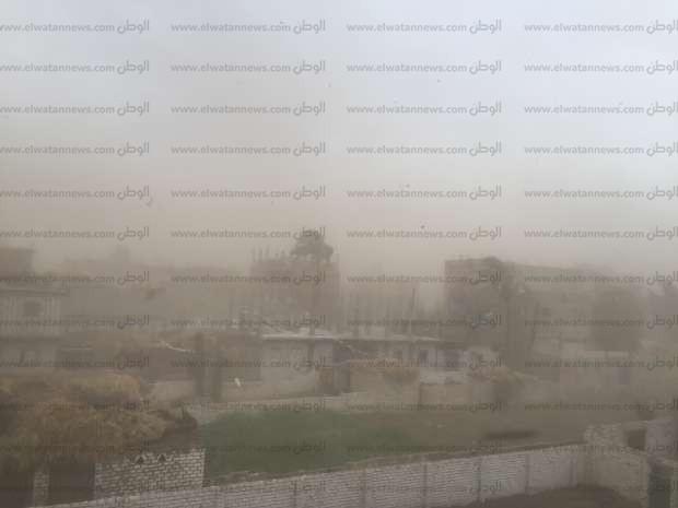 بالصور| عاصفة ترابية تجتاح قناتتسبب في انقطاع التيار الكهربائي