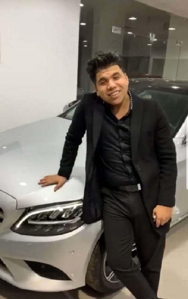 سعرها يقارب المليون جنيه .. المغني عمر كمال يستلم سيارته المرسيدس C180 موديل 2020 1