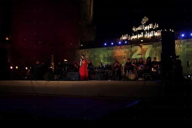 """بالصور  دلال أبو آمنة تطلق حفلها بتهليلة """"ياستي"""" في مهرجان القلعة"""