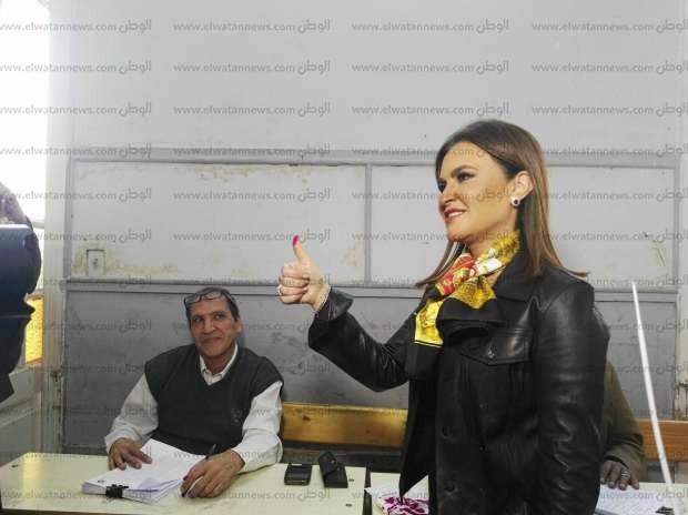 بالصور| سحر نصر تدلي بصوتها في الانتخابات الرئاسية برفقة ابنها
