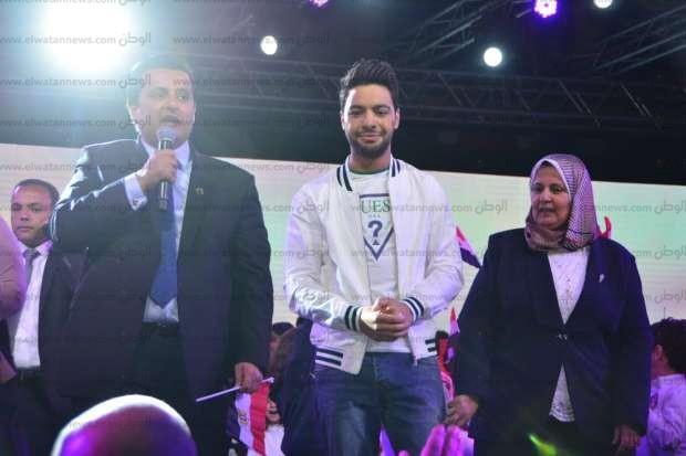 بالصور  أحمد جمال يتألق في حفل المدرسة البريطاني بحضور وزيرة الهجرة