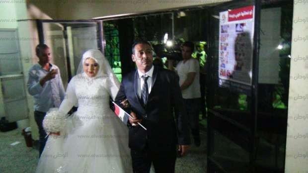 بالصور| عروسان يدليان بصوتيهما في الانتخابات الرئاسية بأسوان