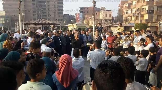 محافظ بني سويف يشارك في ذبح الأضاحي ويهنئ المواطنين بالعيد