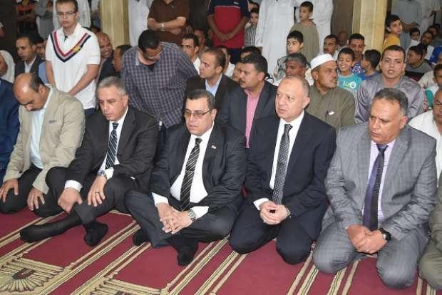 القيادات التنفيذية والأمنية بالفيوم تؤدي صلاة العيد بمسجد ناصر
