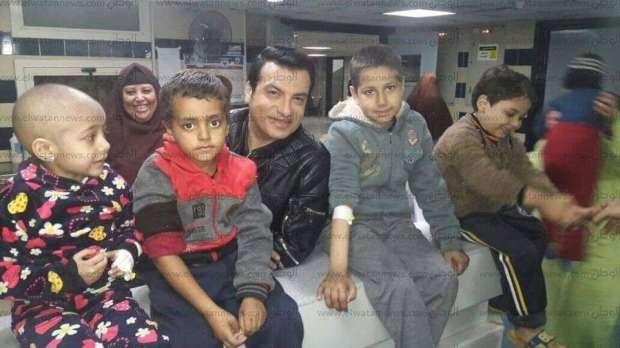 بالصور| إيهاب توفيق مع الأطفال مرضى الأورام بمركز المنصورة