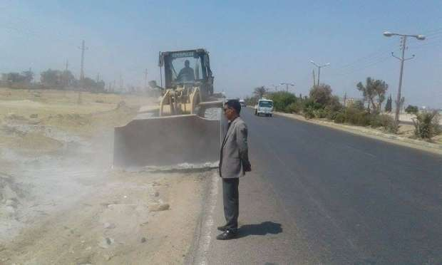 """حملة نظافة ورفع أتربة ومخلفات على طريق """"الفيوم - القاهرة"""" الصحراوي"""