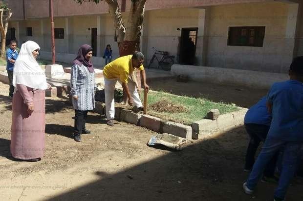 أولياء أمور يشاركون في تنظيف مدرسة ببني سويف ويؤكدون: لصالح أولادنا