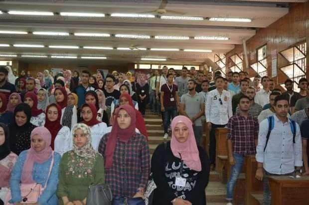 بالصور| رئيس جامعة الزقازيق يلتقي طلاب 5 كليات في أولى جولاته بالعام الدراسي