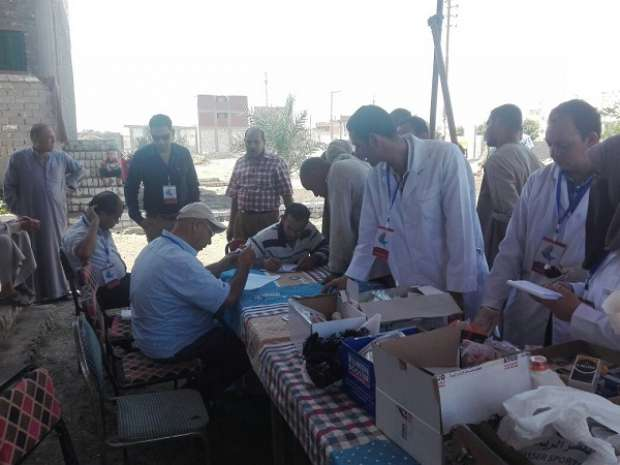 بالصور| جامعة الفيوم تنظم حملة للكشف عن مرض الجلد العقدي في قرى إطسا