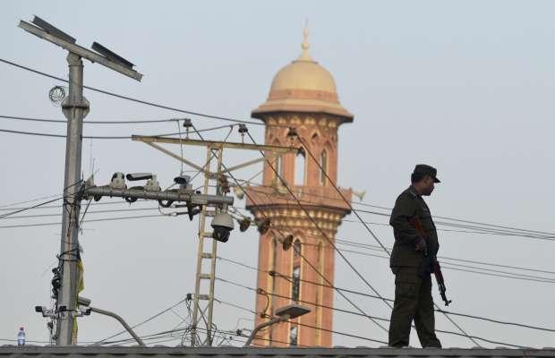 باكستانيون يطلقون النيران فى الشوارع احتفالاً بيوم عاشوراء