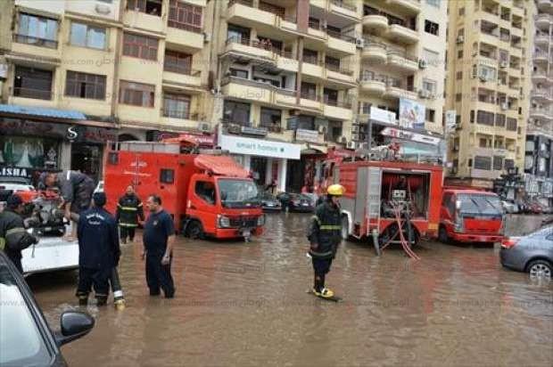 بالصور  سيارات الإطفاء تساعد في شفط مياه الأمطار من المؤسسات الحيوية بالمنصورة