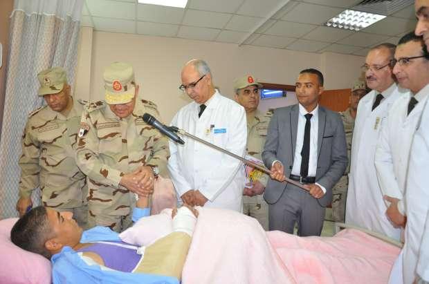 وزير الدفاع يزور عددًا من المصابين من أبطال القوات المسلحة بالمستشفيات العسكرية
