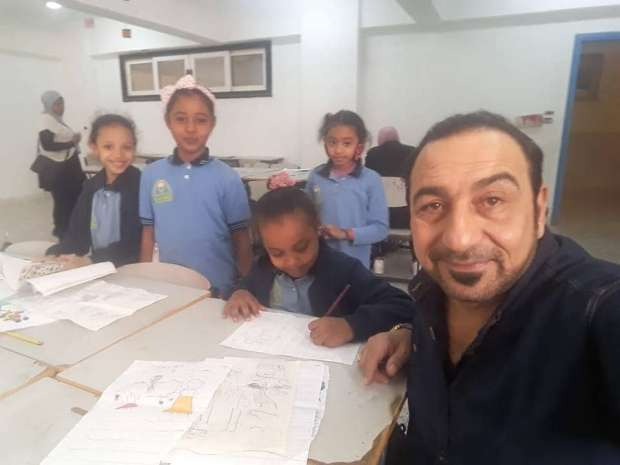 """الفنان التشكيلي العراقي """"دزه"""" يشارك بورش عمل مهرجان طيبة للفنون بأسوان"""