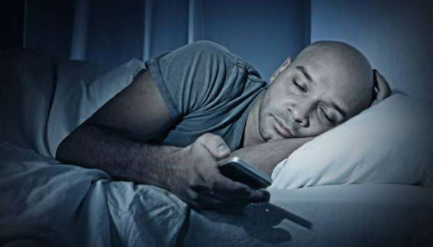 تعرف علي مخاطر الهاتف ليلا.. ما الحل لحماية العين؟