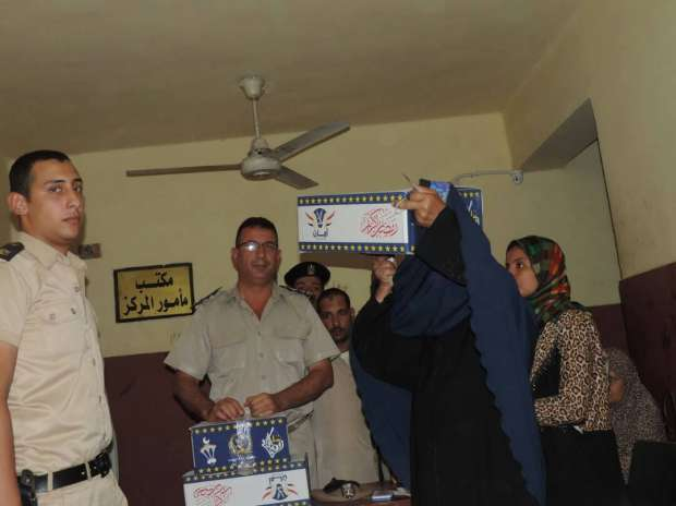 """بالصور  مأمور مركز شرطة ناصر يوزع كراتين """"رمضان"""" على المواطنين"""