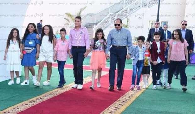 بالصور| السيسي يحتفل بعيد الفطر مع أبناء الشهداء