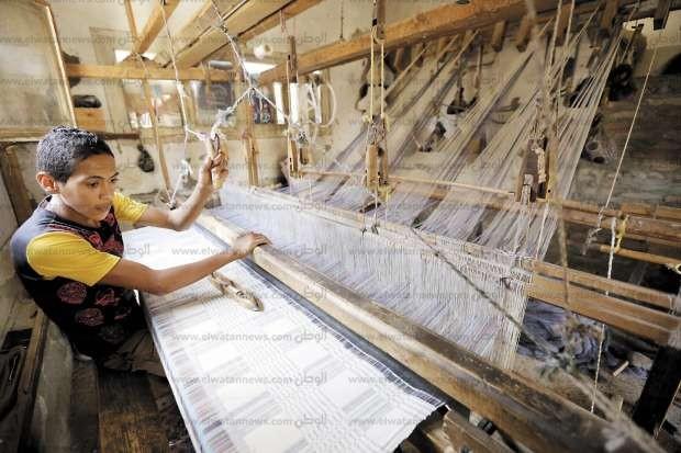 بالصور  منسوجات أخميم اليدوية.. مهنة الآباء والأجداد يتوارثها الأبناء