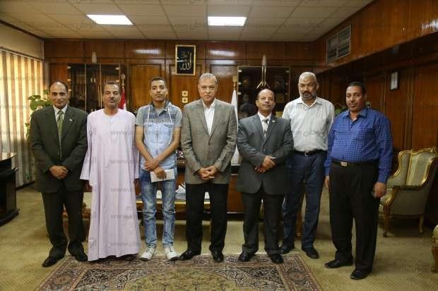 """محافظ قنا يكرم الحاصل على """"السابع مكرر"""" بالثانوية العامة"""