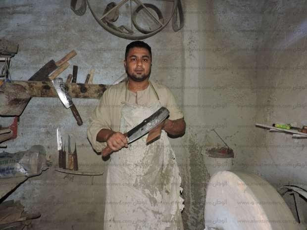 """صور.. الشاب """"مؤمن"""" سنان سكاكين: نحن شركاء الجزارين في ذبح الأضاحي"""