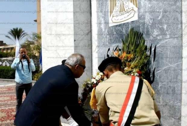 محافظ الشرقية يضع إكليلا من الزهور على النصب التذكاري للجندي المجهول