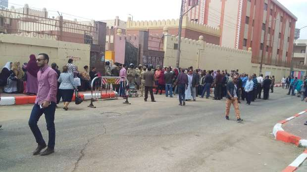 بالصور| حشود من الناخبين أمام لجان الانتخابات بسوهاج