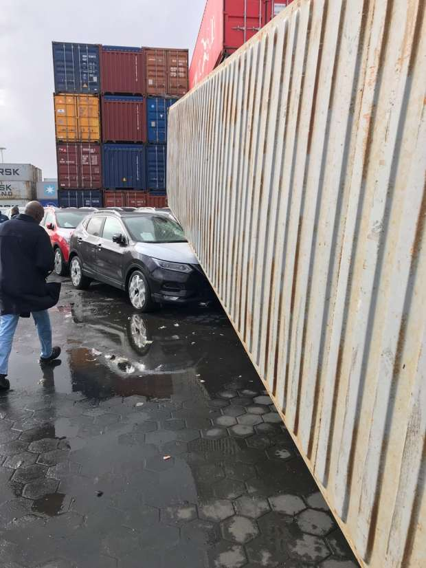 بالصور| تلفيات في سيارات نيسان بميناء الإسكندرية بسبب الأحوال الجوية