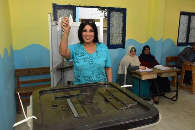بالصور| فيفى عبده تدلي بصوتها في الاستفتاء: