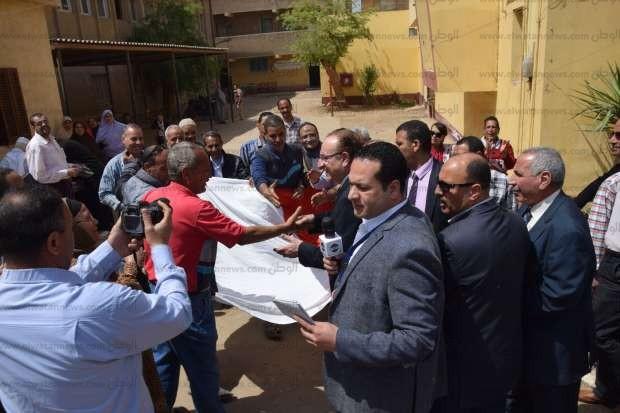 """محافظ بني سويف يدلي بصوته في الانتخابات: """"الفرحة تسود المكان"""""""