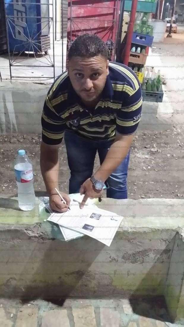 """أهالي """"صان الحجر"""" يجمعون 9374 توقيعا لإقالة محافظ الشرقية ونائبه"""