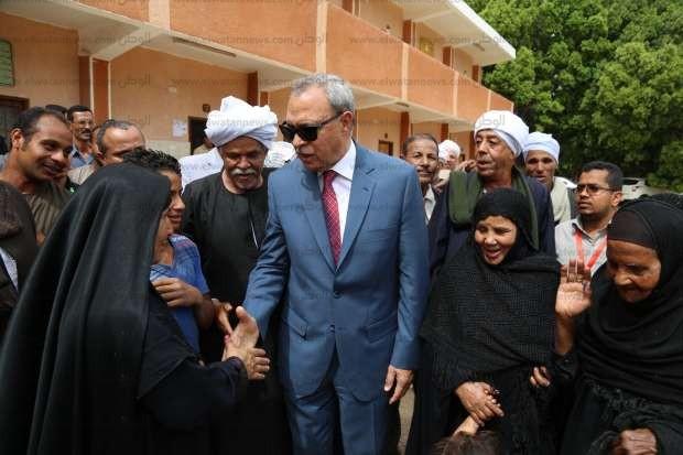 بالصور| محافظ قنا ومساعد قائد الجيش الثالث يتفقدان سير الانتخابات