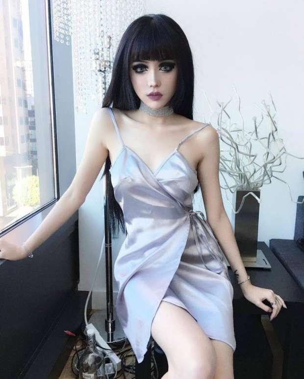 بالصور والفيديو  فتاة صينية أم دمية؟