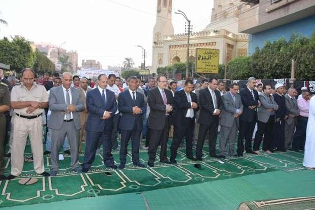 محافظ بني سويف يصلي العيد بساحة مسجد عمر بن عبدالعزيز