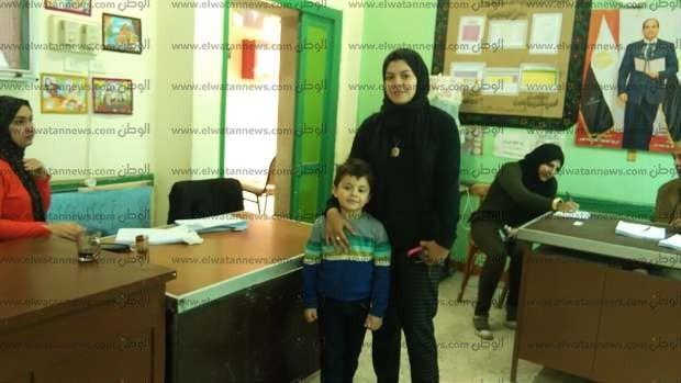 زوجة الشهيد أحمد الشبراوي تدلي بصوتها في الاستفتاء بالشرقية