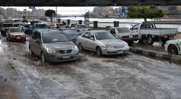 تجمعات لمياه الأمطار في شوارع المنصورة
