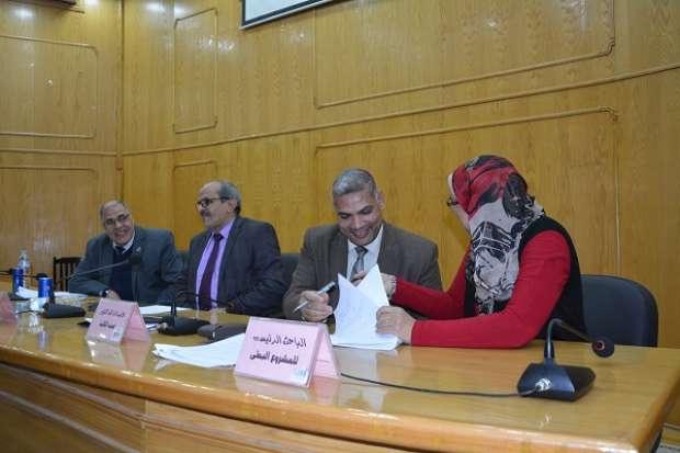 توقيع عقود تمويل 35 مشروعا بحثيا في جامعة الفيوم لحل مشكلات المحافظة