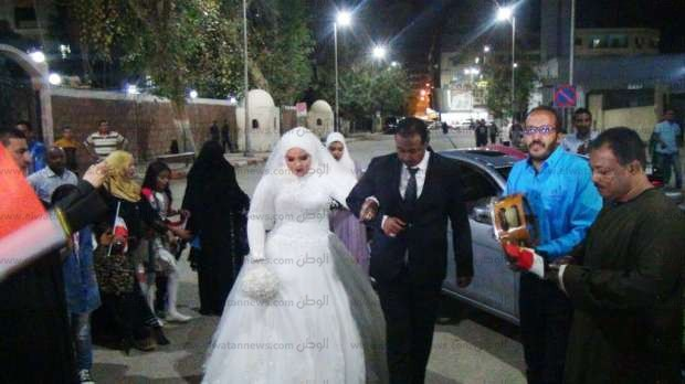 بالصور  عروسان يدليان بصوتيهما في الانتخابات الرئاسية بأسوان