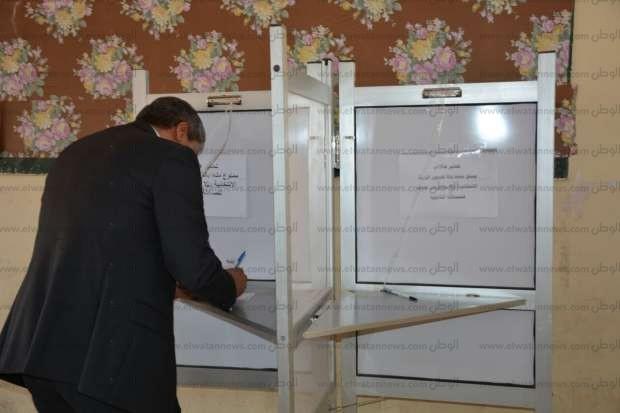 بالصور| وزير الطيران يدلي بصوته بالقاهرة الجديدة في الانتخابات الرئاسية
