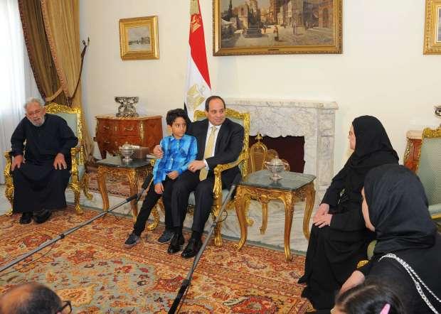 السيسي يستقبل أسرة شهيد سيناء في الاتحادية