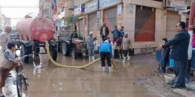 بالصور| سحب مياه الأمطار من الشوارع والطرق الرئيسية بالشرقية
