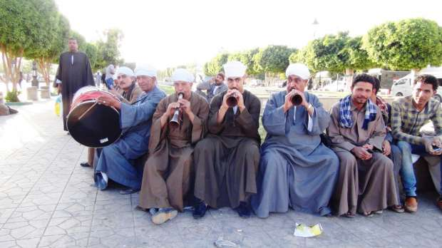 مزمار بلدي بميدان الشهداء في أسوان احتفالا بفوز السيسي