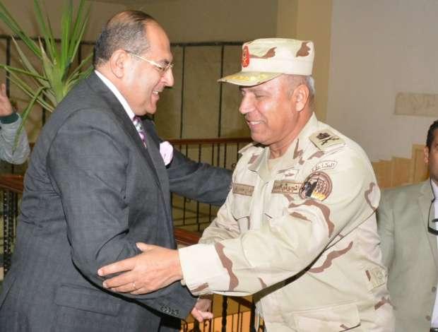 بالصور  رئيس الهيئة الهندسية للقوات المسلحة يتفقد كوبري طما في سوهاج