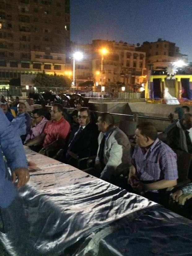 بالصور| محافظ الفيوم يشارك عمال مجلس المدينة مأدبة إفطار جماعي