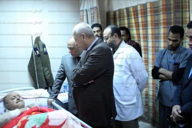محافظ أسوان ومدير الأمن يطمئنان على مسؤول أمني بعد إصابته في حادث سير