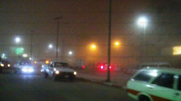 بالصور| عاصفة ترابية شديدة تضرب أسوان وتوقف الحركة المرورية