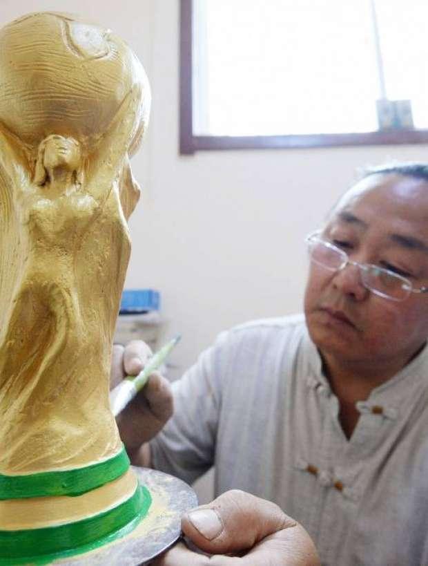 """مزارع يصنع كأس العالم من """"الفخار"""""""