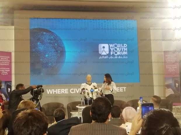 مؤتمر صحفي وجلسة نقاشية.. تفاصيل 96 ساعة قضتها الروبوت صوفيا في مصر - مصر -  الوطن