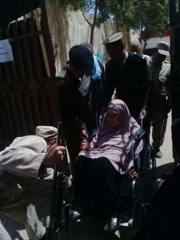 الشرطة تصطحب مسنة من منزلها للإدلاء بصوتها في الانتخابات بالفيوم