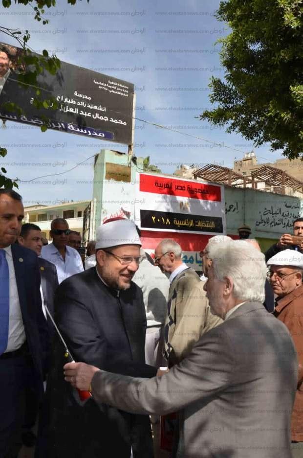 """بالصور  وزير الأوقاف يدلي بصوته في المنيل: """"مستبشر خير بمستقبل مصر"""""""
