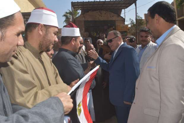"""محافظ الفيوم يتفقد لجنة """"محمود حسين"""" لمتابعة الاستفتاء"""